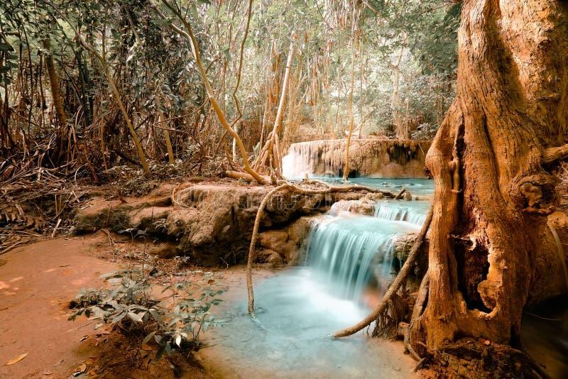 La fantasía hace sonar paisaje con la cascada de la turquesa imagen de archivo libre de regalías