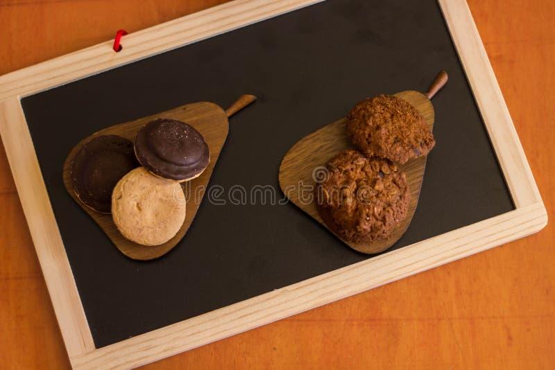 La farine d'avoine et le chocolat avec les biscuits remplissants d'un fruit se trouve sur un OE photographie stock libre de droits