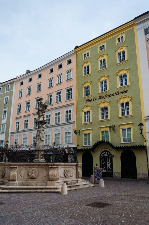 La farmacia m?s vieja de Salzburg Calle, señal fotos de archivo