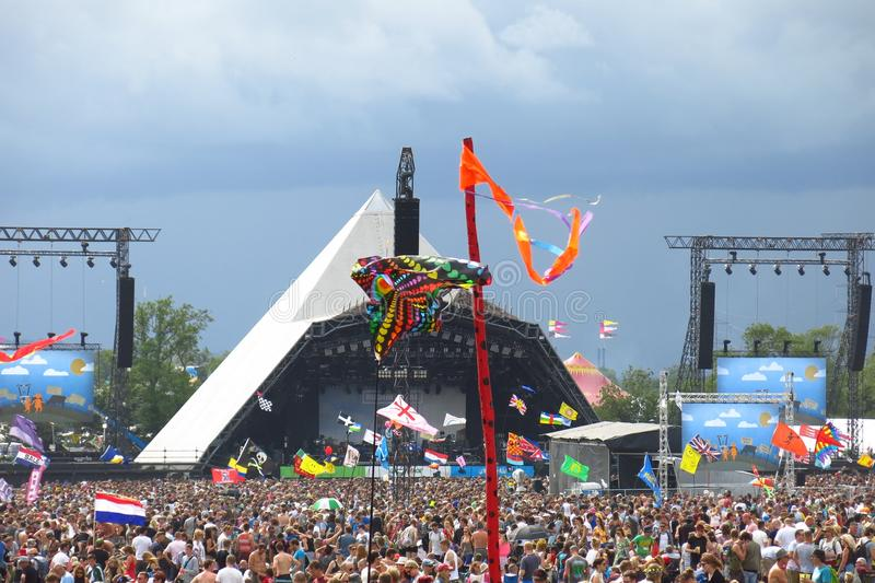 La fase della piramide di festival di musica di Glastonbury ammucchia il cielo tempestoso fotografia stock libera da diritti