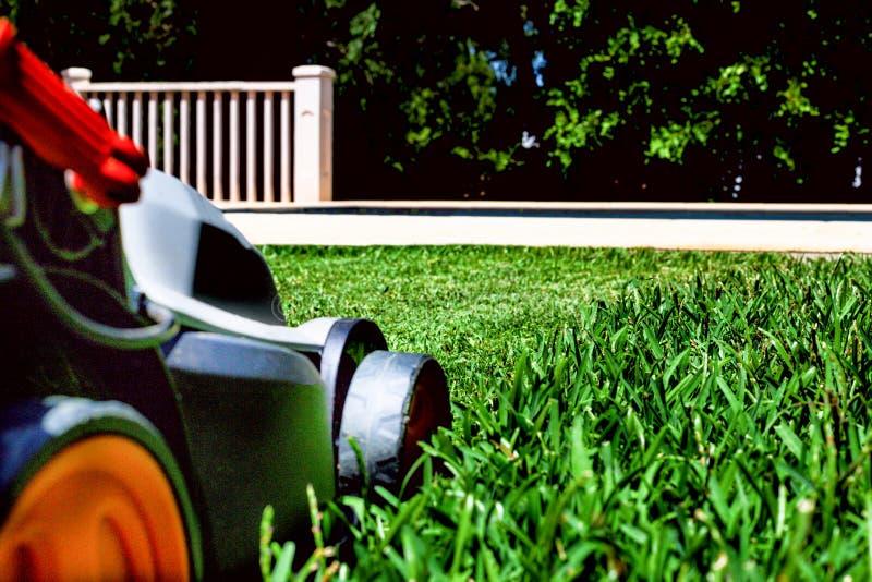 La faucheuse sur une herbe photo stock