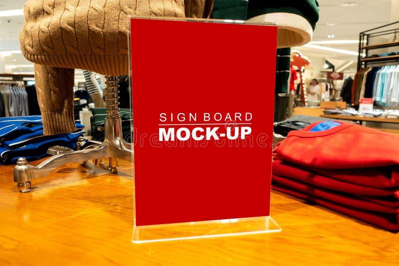 La fausse publicité haute d'enseigne en acrylique au magasin de mode images stock