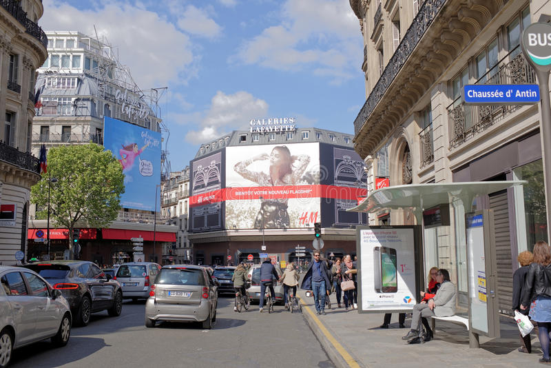 La Fayette köpcentrum, sikt från boulevarden Haussmann Nolla royaltyfria bilder