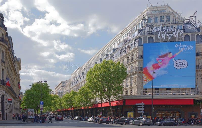 La Fayette köpcentrum, sikt från boulevarden Haussmann Nolla arkivfoto