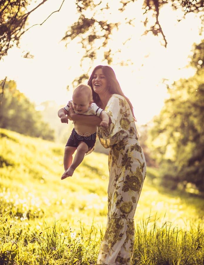 La felicidad del niño es la más importante fotografía de archivo libre de regalías