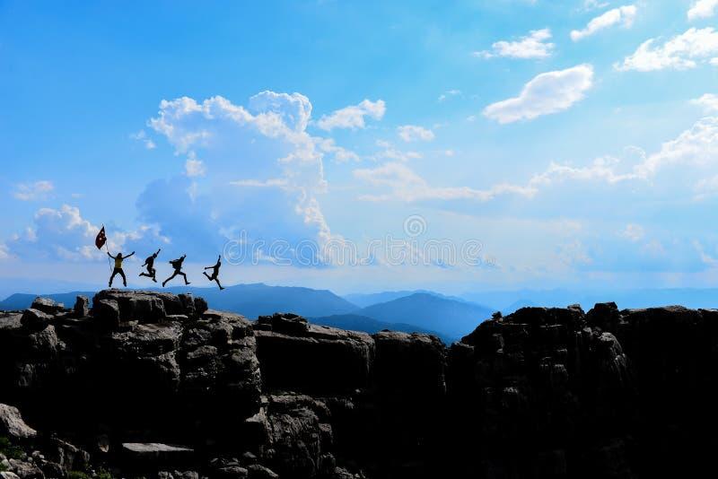 La felicidad máxima de escaladores profesionales sazonados imagen de archivo
