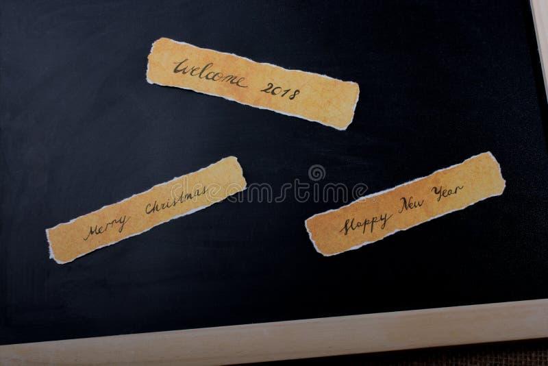 La Feliz Año Nuevo, Feliz Navidad, da la bienvenida a 2018 escrito el papel fotos de archivo libres de regalías