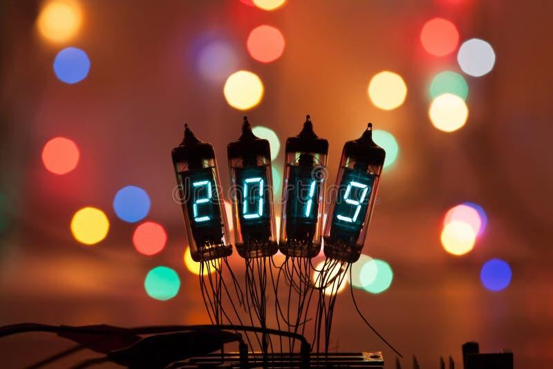 La Feliz Año Nuevo se escribe con una luz de la lámpara Lámparas electrónicas de radio 2019 Enhorabuena diseñada original con a foto de archivo libre de regalías