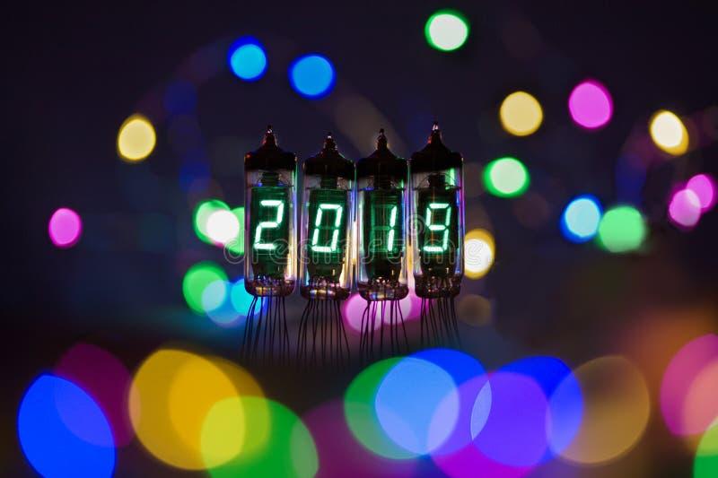 La Feliz Año Nuevo se escribe con una luz de la lámpara Lámparas electrónicas de radio 2019 Enhorabuena diseñada original con a fotografía de archivo libre de regalías