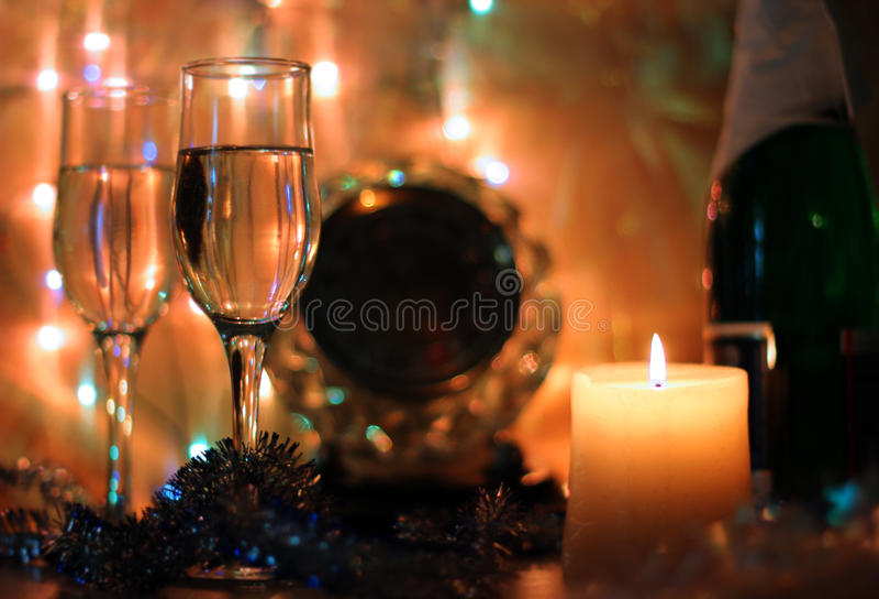 La Feliz Año Nuevo y la Feliz Navidad diseñan el reloj de la medianoche de la tarjeta fotografía de archivo