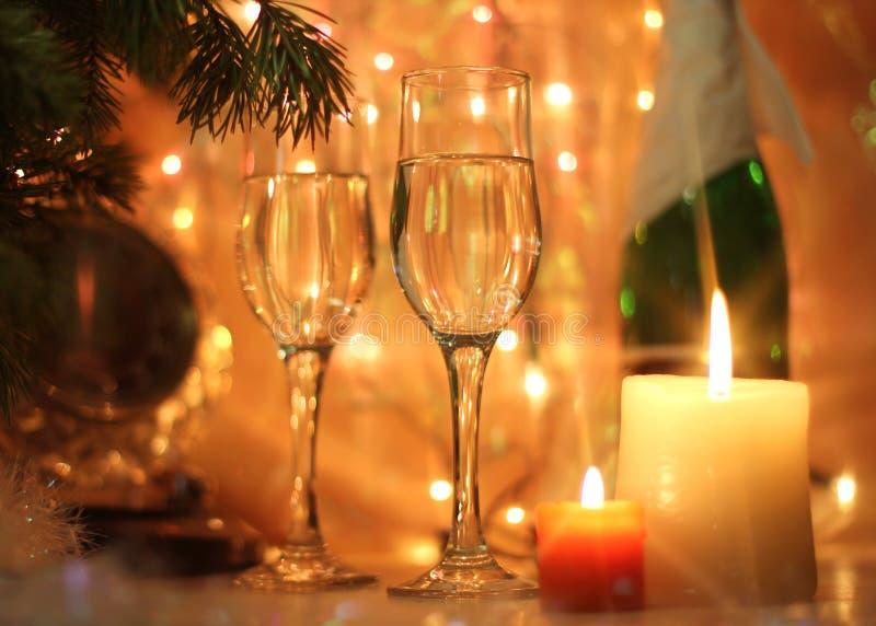 La Feliz Año Nuevo y la Feliz Navidad diseñan el reloj de la medianoche de la tarjeta fotos de archivo