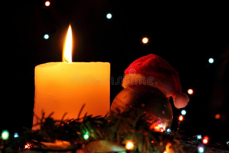 La Feliz Navidad, las Felices Año Nuevo de luces coloridas de la guirnalda en noche nieva con el fondo colorido oscuro del bokeh  imagen de archivo libre de regalías