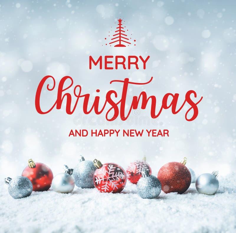 La Feliz Navidad y la Feliz Año Nuevo mandan un SMS con la bola de la Navidad foto de archivo libre de regalías