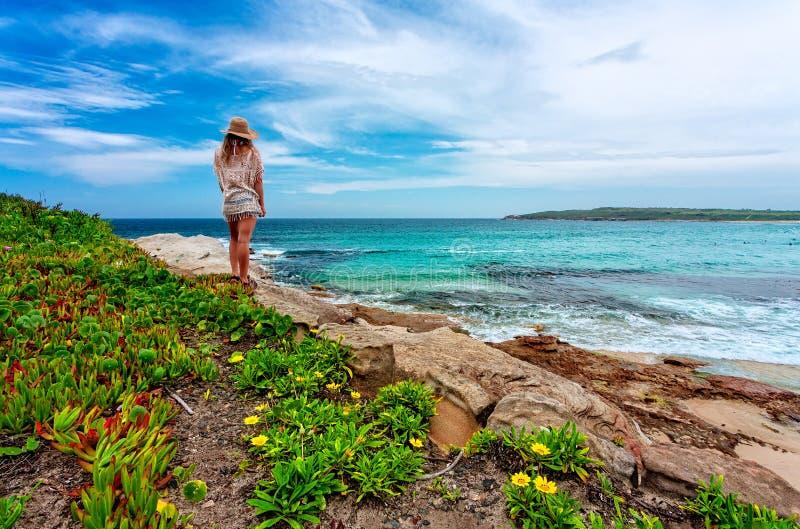 La femelle admire la belle plage australienne en été images libres de droits