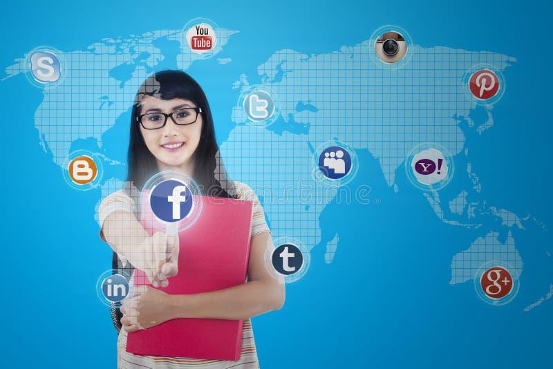 La femelle asiatique se relie au réseau social photos libres de droits