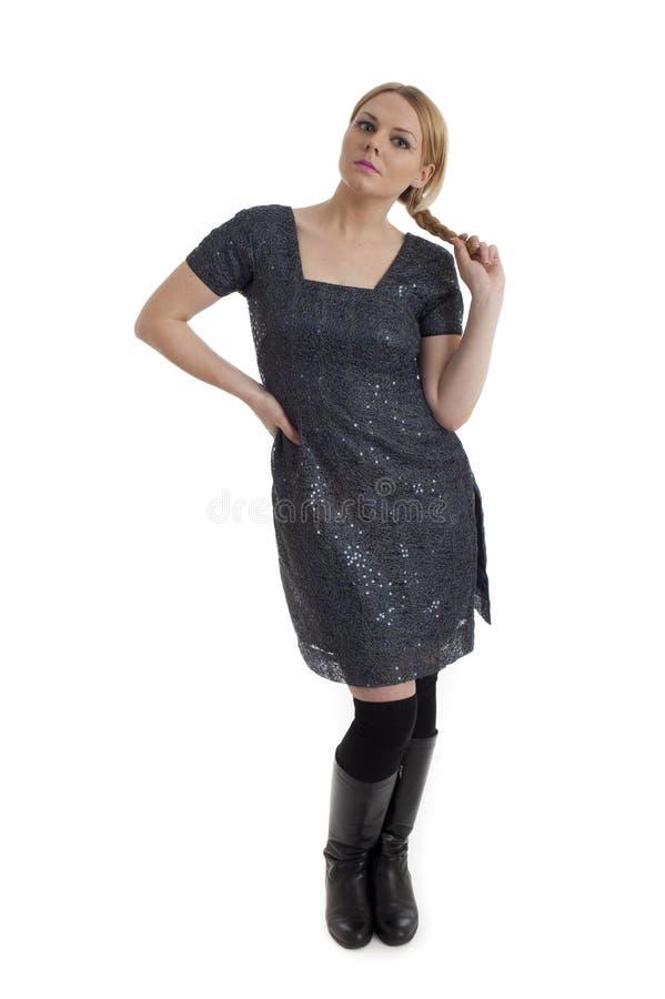 La femelle assez jeune dans le rétro type 60s vêtx images stock