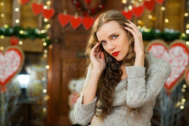 La femelle attirante célèbrent le jour du ` s de valentine photos stock