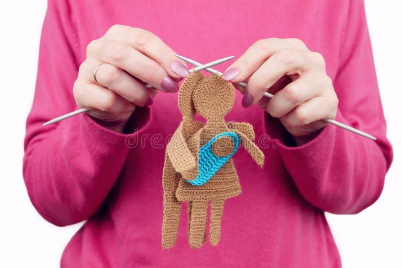 La femelle de femme tricote la silhouette de la femme et de l'homme dans l'amour images stock