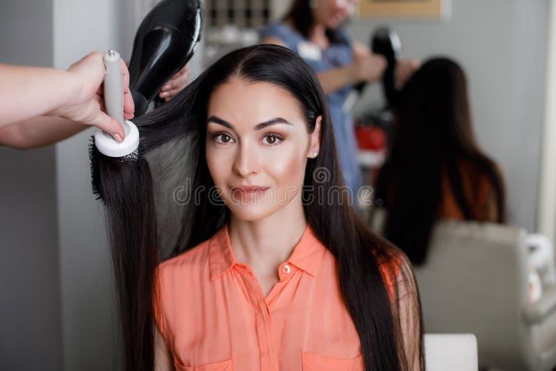 La femelle gaie apprécie des services dans le salon photos stock