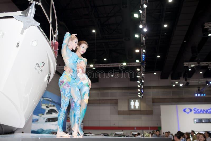 La femelle non identifiée modèle la peinture de carrosserie images stock