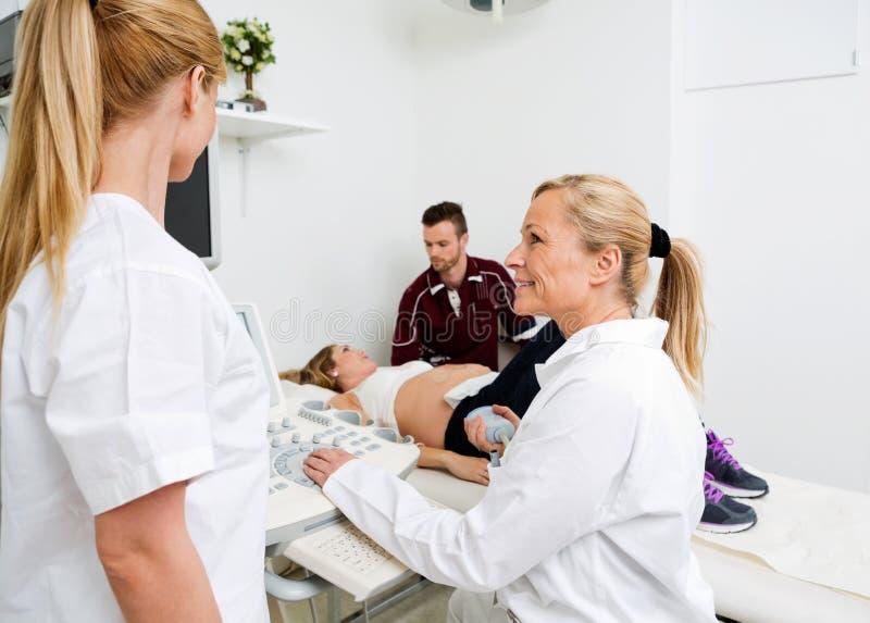 La femelle soigne Communicating By Ultrasound Machine image libre de droits