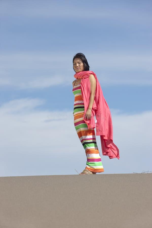 La femme à la mode se tient dans le désert. photos libres de droits