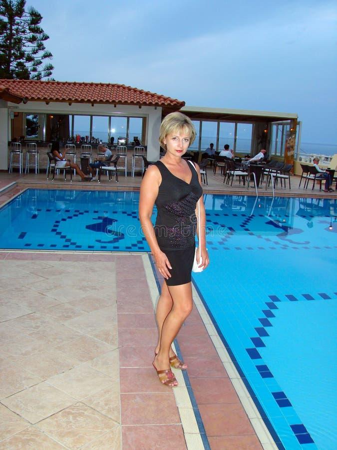 La femme à la piscine photo libre de droits