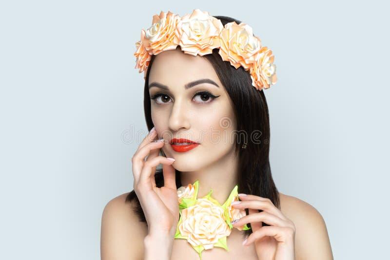 La femme à la mode composent des soins de la peau, rouge à lèvres rouge brillant images libres de droits