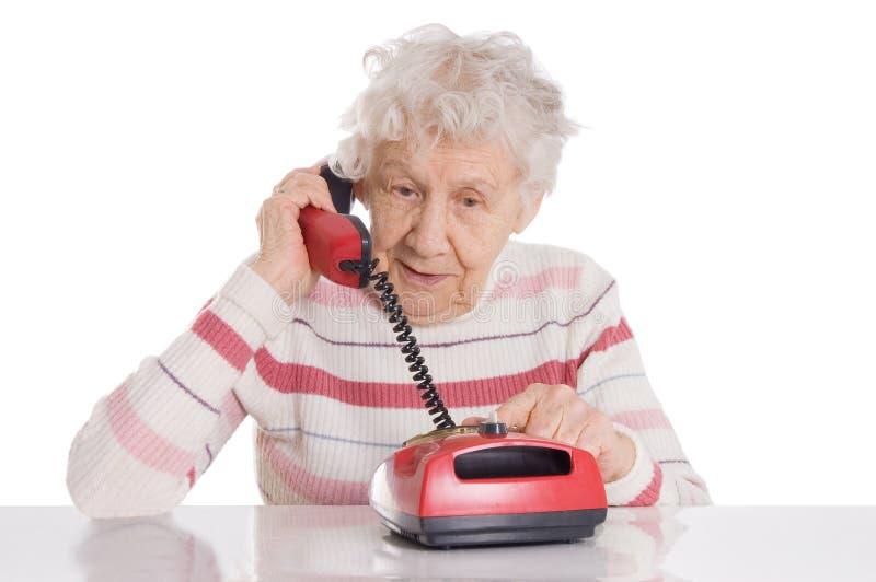 La femme âgée parle du téléphone photo libre de droits