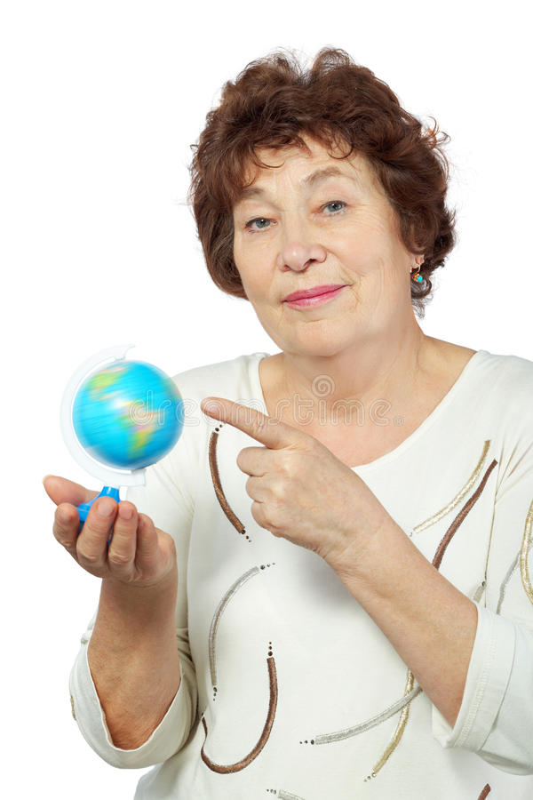 La femme âgée retient le globe dans sa main photo libre de droits