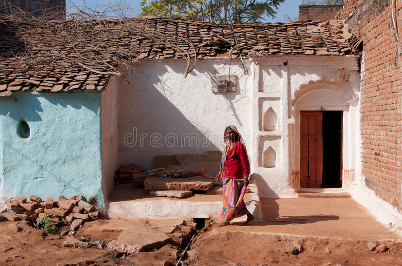 La femme âgée sortent de la maison photo stock