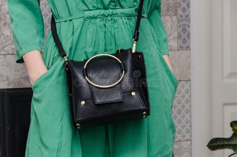 La femme élégante avec une femme à la mode a un petit Cl noir de sac images stock
