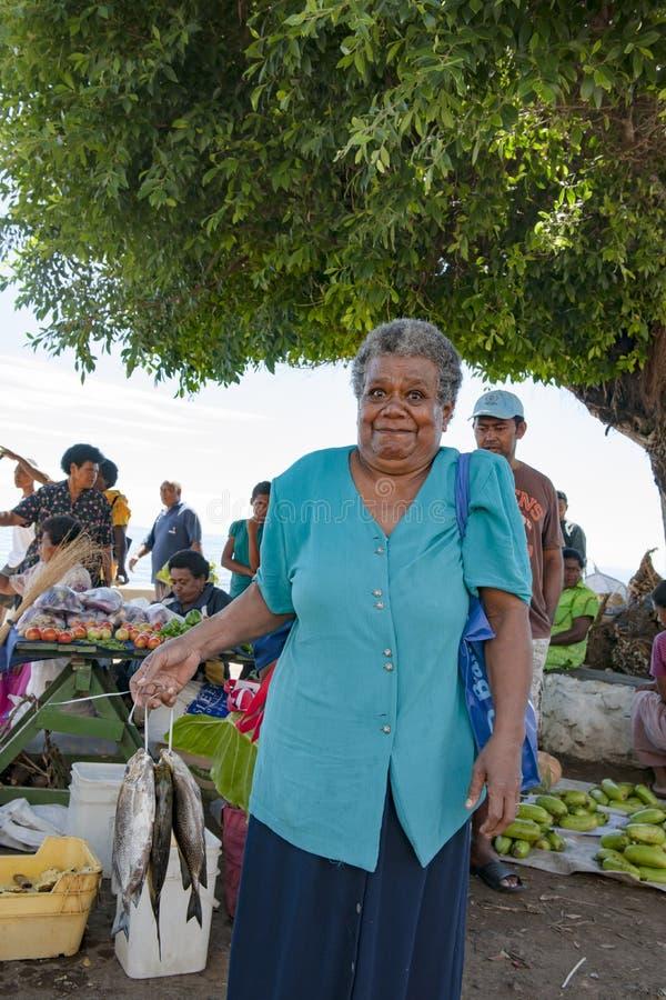La femme a acheté les poissons catched frais sur le marché tropical sur l'île dans l'océan pacifique photo libre de droits