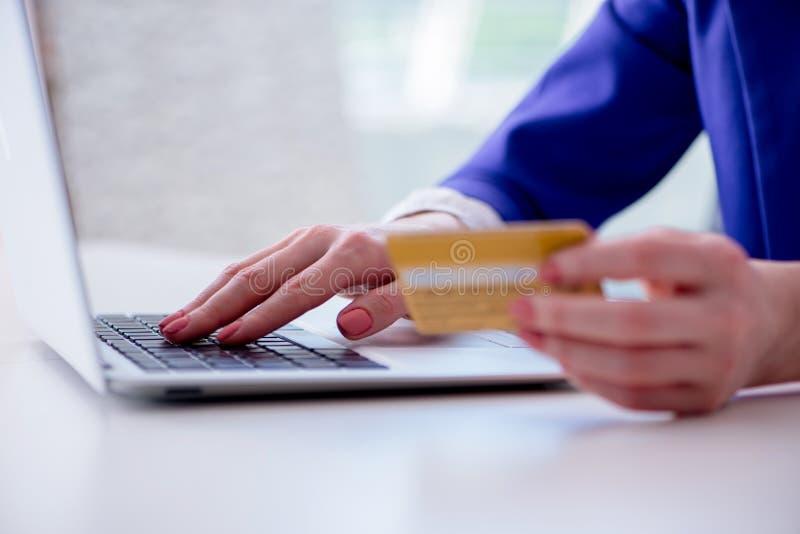 La femme achetant en ligne avec la carte de plastique de crédit image stock