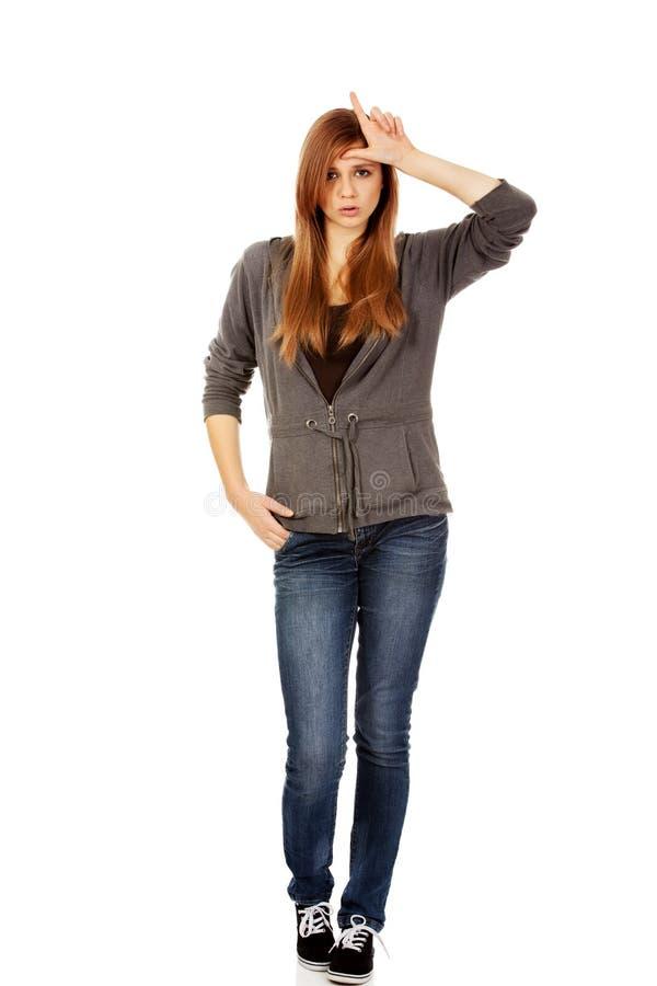 La femme adolescente incite le perdant à se connecter son front photographie stock libre de droits