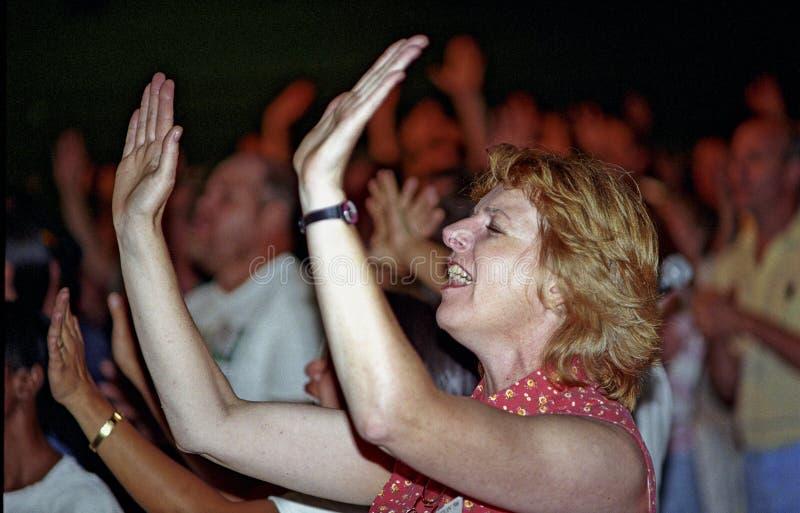 La femme adore Dieu à un office photographie stock libre de droits