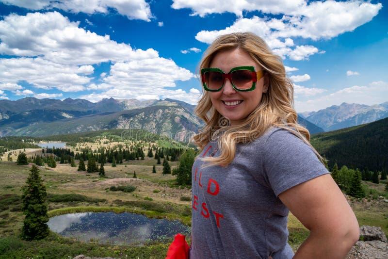 La femme adulte blonde pose aux Molas passent le long de million de route du dollar dans le San Juan Mountains du Colorado Etats- photos stock