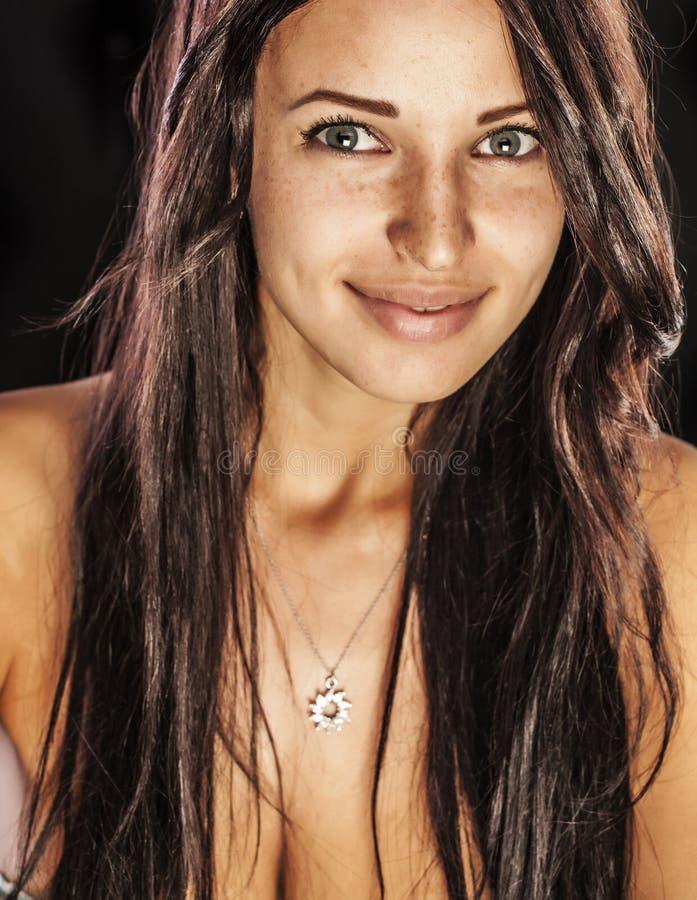 la femme adulte de brune sans composent les diamants de port sur son cou image stock
