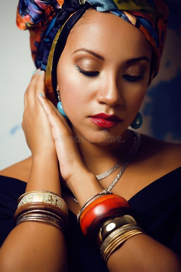 La femme africaine intelligente de beauté avec créatif composent photo stock
