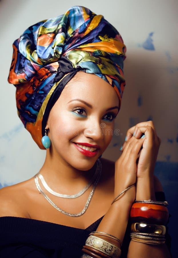 La femme africaine intelligente de beauté avec créatif composent photographie stock
