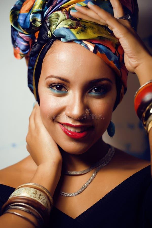 La femme africaine intelligente de beauté avec créatif composent image libre de droits