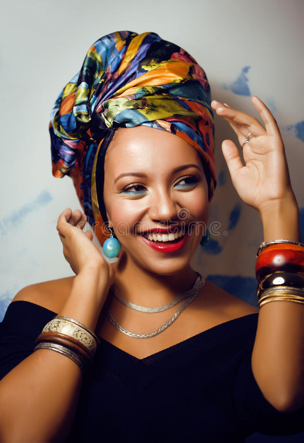La femme africaine intelligente de beauté avec créatif composent photographie stock libre de droits
