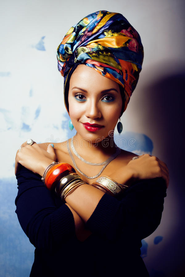 La femme africaine intelligente de beauté avec créatif composent, châle sur la tête image stock