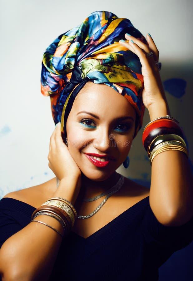 La femme africaine intelligente de beaut? avec cr?atif composent, ch?le sur la t?te comme le sourire cubian de plan rapproch? photographie stock