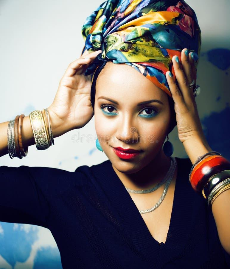 La femme africaine intelligente de beaut? avec cr?atif composent, ch?le sur la t?te comme le sourire cubian de plan rapproch? photographie stock libre de droits