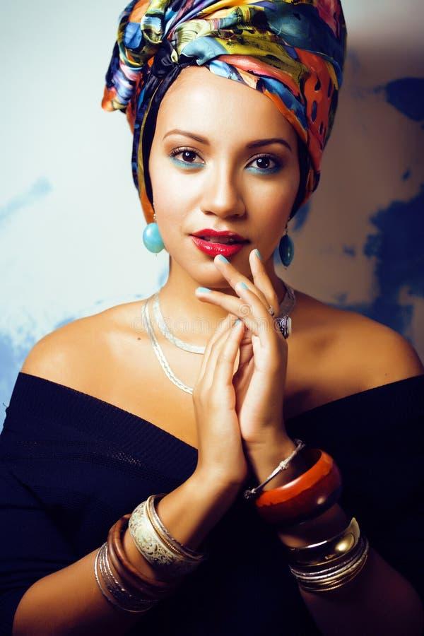 La femme africaine intelligente de beaut? avec cr?atif composent, ch?le sur la t?te comme le sourire cubian de plan rapproch? photo stock