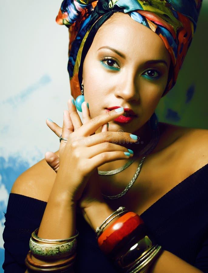 La femme africaine intelligente de beaut? avec cr?atif composent, ch?le sur la t?te comme le sourire cubian de plan rapproch? images libres de droits