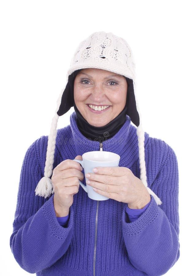 La femme agée apprécie une tasse de thé images stock