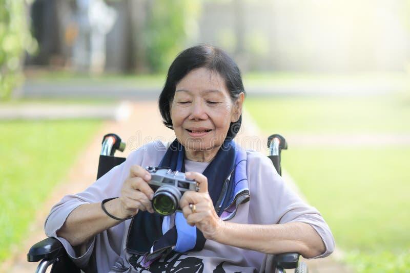 La femme agée détendent avec le passe-temps dans l'arrière-cour images libres de droits
