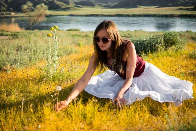 La femme aiment une fée sur le champ magique près de la rivière Jeune woma photo stock